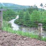 두만강의 최상류지대. 강폭은 3미터 정도. 수년 전까지는 철조망이 없었다. 2009년6월 연변조선족자치주에서 이시마루 지로 촬영(아시아프레스)