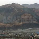 중국 남평에서 바라본 무산광산. 매장량이 약 13억 톤이며 채광능력은 연 1,000만 톤에 이르는, 아시아 최대의 철광산이다(통일부, 2009북한개요). 2012년 3월 남정학 촬영
