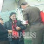 (참고사진) 통행증의 유무를 확인하는 검문소의 군인. 당원의 이동도 검열될 것인가. 2013년 10월 북부지역에서 촬영 민들레(아시아프레스)