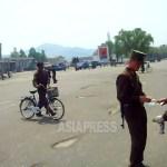 통행인의 증명서를 검열하는 '경무원(헌병)'. 2009년 8월 평안남도 평성시에서 김동철 촬영(아시아프레스)