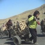 산에서 자른 나무를 땔감으로 도시에 운반하는 농촌 여성들. 2005년 4월(아시아프레스)