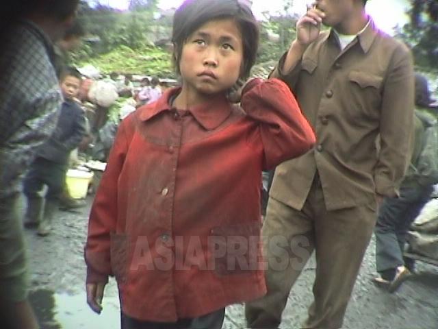 암시장의 음식 매장을 배회하는 '꼬제비' 소녀. 1998년 10월 강원도 원산시에서 촬영 안 철(아시아프레스)