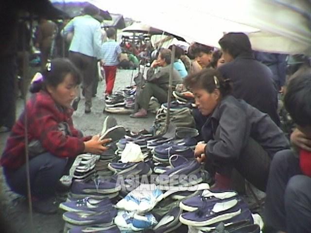 농민시장과 암시장이 혼연일체가 되어 대증식. 공업제품도 당연하게 팔리게 됐다. 1998년 10월 강원도 원산시에서 안철 촬영(아시아프레스)