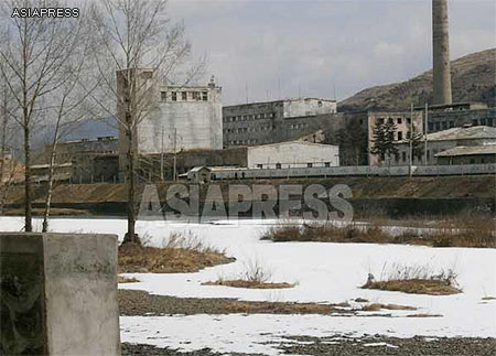 A North Korean factory built near the riverside in Hyesan. No wisps of smoke emerge from the aging chimney. ASIAPRESS