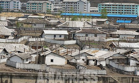 Densely packed houses in a neighborhood in Hyesan, Ryanggang Province. This photo was taken from the Chinese side of the Amrok-gang (Yalu River). [May. 2014]  ASIAPRESS