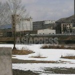 The frozen border river, Arok-gang (Yalu River). The factory complex on the opposite side of Hyesan river appears not to be operating, as there is no smoke emerging from the chimney. (Photo taken from the Chinese side of the border. March.2014) ASIAPRESS