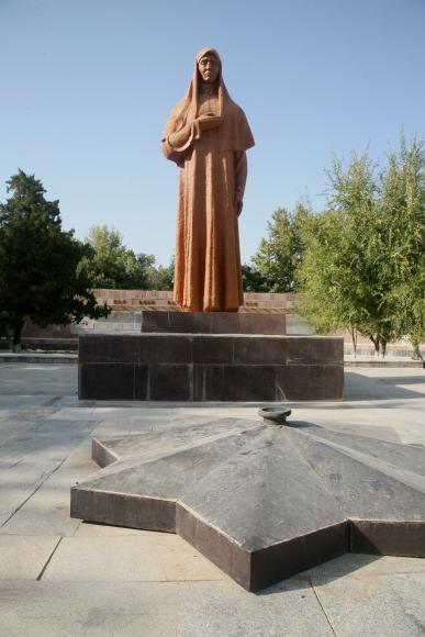 Памятник Скорбящей матери в Янгиере