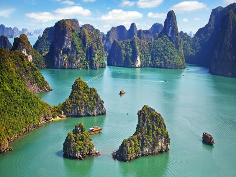 Battle-of-the-most-wonderful-bays-in-Vietnam – Halong-Bay-and-Bai-Tu-Long-Bay1