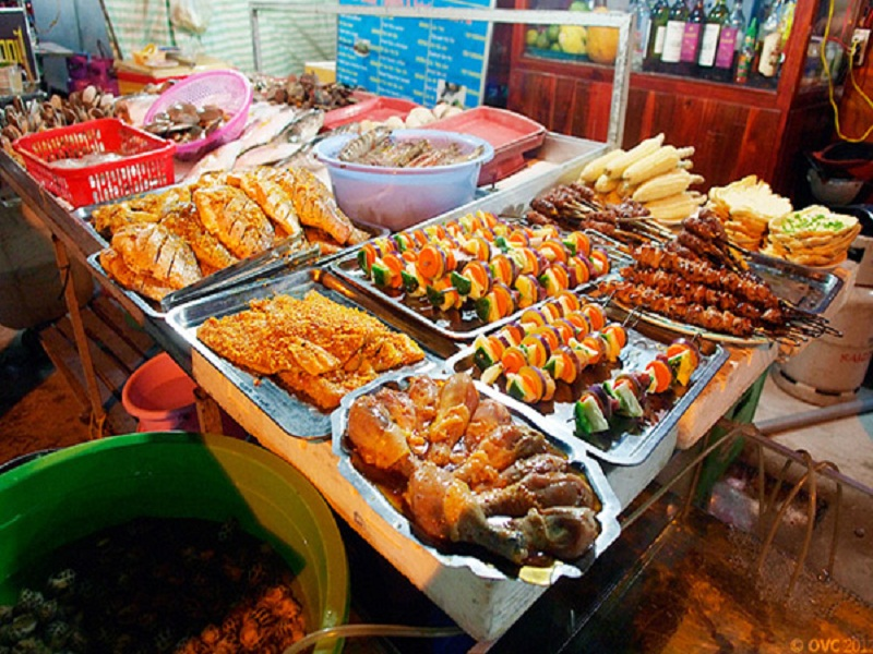 Hanoi-Night-Market-something-you-shouldn't-miss-in-your-tours-to-Hanoi2
