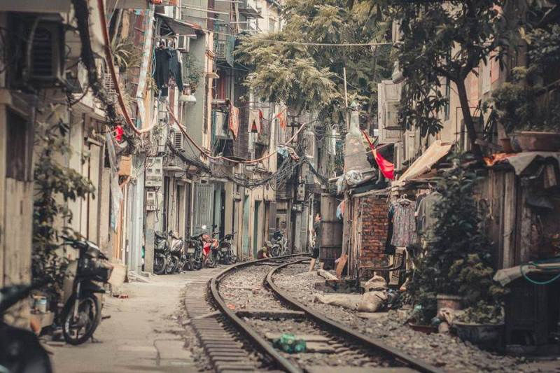 Lost in the street, the train left Hanoi to check-in thousands of photos