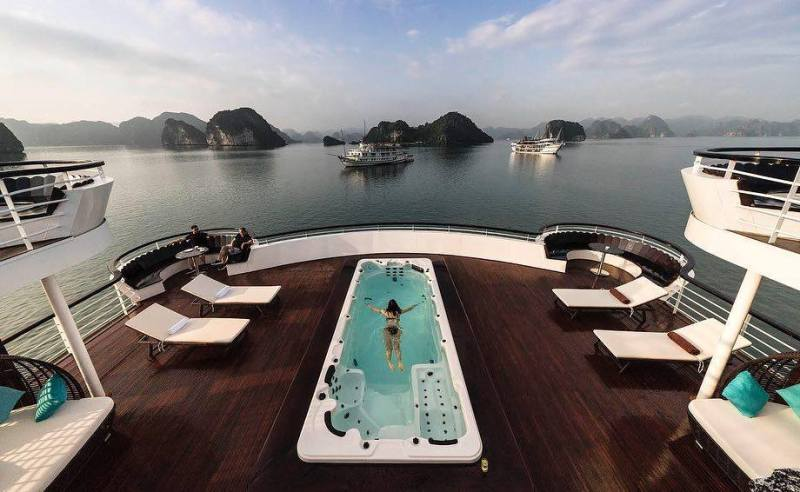 Travelers on yachts on some bays in Halong