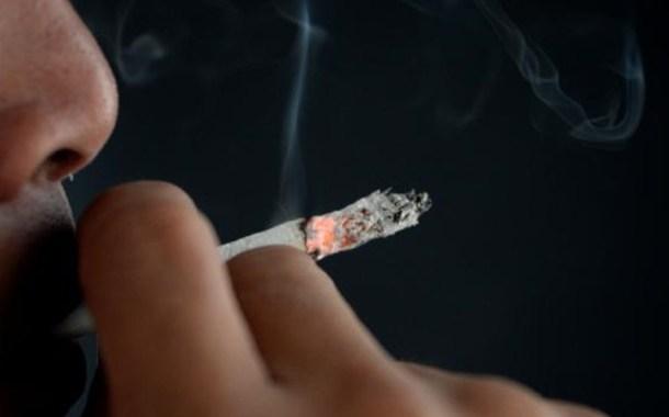 الغارديان: عقب سيجارة قد يتسبب بترحيل  لاجئا سوريا من بريطانيا