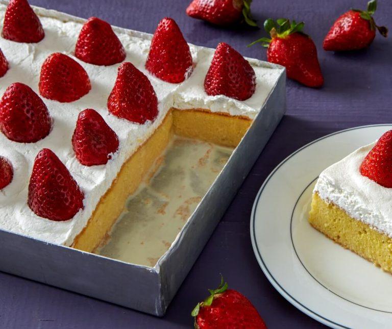 Tres leches cake ή γλυκό ψυγείου με φράουλες