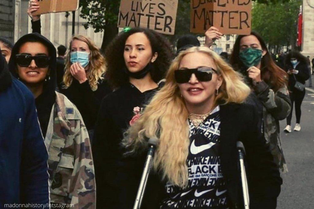 Η Μαντόνα με πατερίτσες στη διαδήλωση Βlack Lives Matter