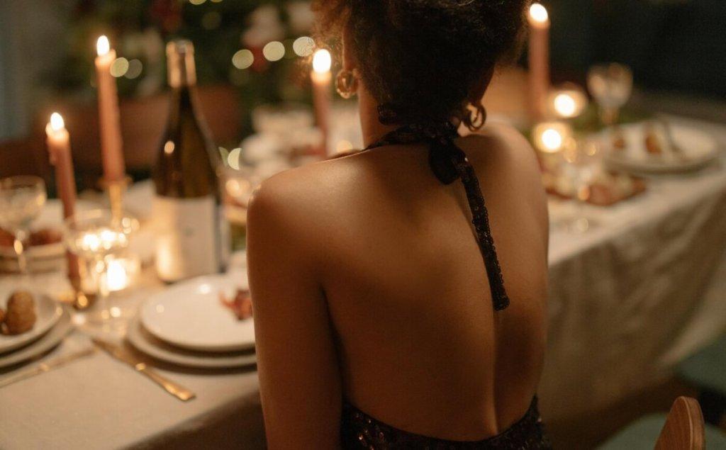 Μέχρι 9 άτομα στο γιορτινό τραπέζι: Όλη η απόφαση για τα ρεβεγιόν και τις εκκλησίες