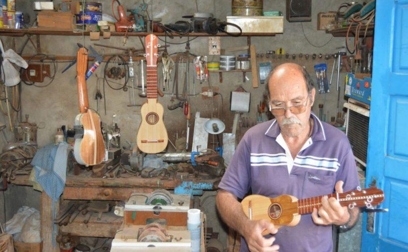Sixto Viñoly Hernández, artesano constructor de timples.