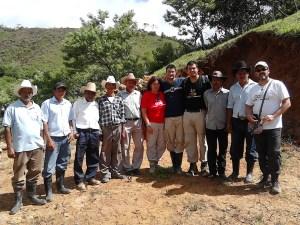 Voluntarios con miembros de la comunidad hondureña