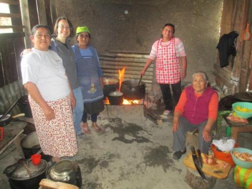 Dolo Ortiz (AS) con los habitantes de los caseríos