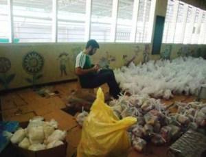 Carlos Galán ayudando en labores de voluntariado en Cebú (Filipinas)