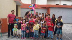 Niños y monitores del Jardín de la Esperanza en El Salvador