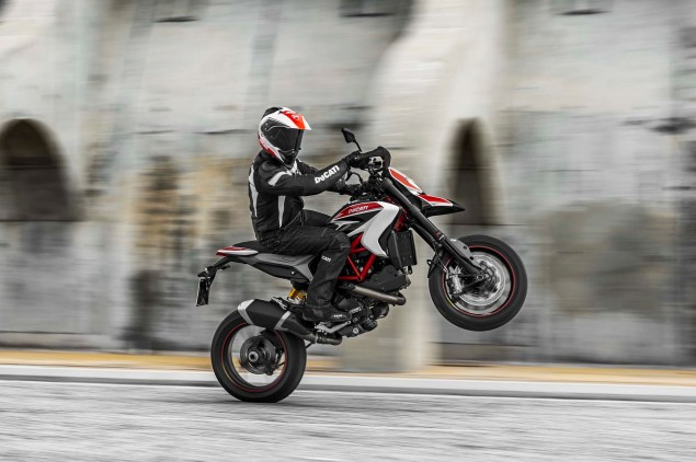 2013-Ducati-Hypermotard-action-photos-03