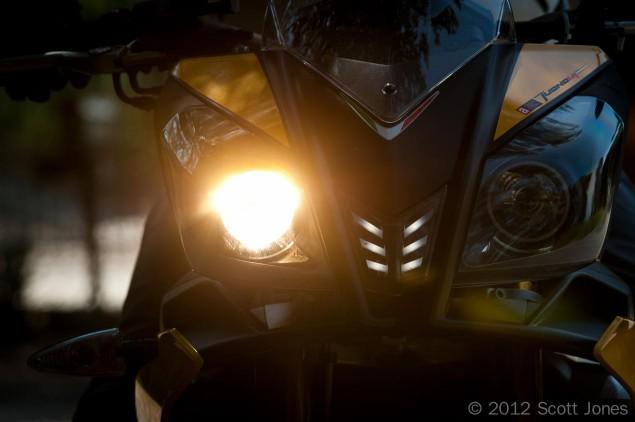 Aprilia-Tuono-V4-R-headlight-wink