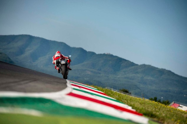 2014-Ducati-899-Panigale-track-48