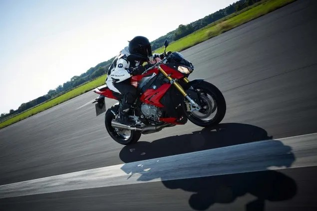 2014-BMW-S1000R-action-54