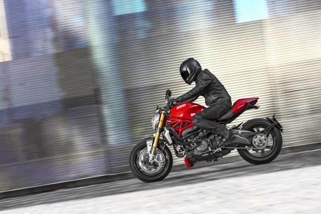 2014-Ducati-Monster-1200-action-03