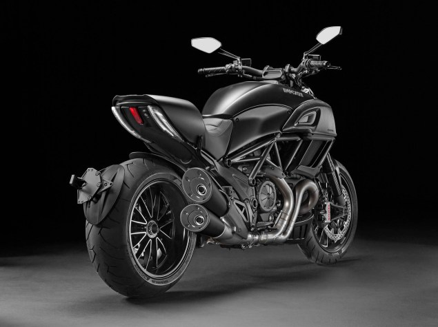 2014-Ducati-Diavel-Carbon-15
