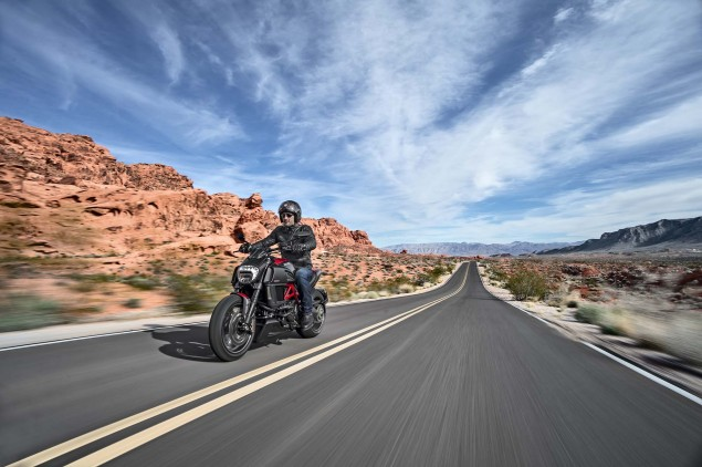 2014-Ducati-Diavel-Carbon-32