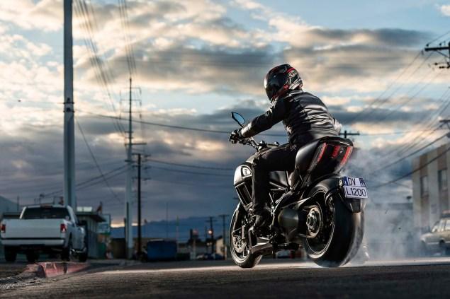 2014-Ducati-Diavel-Carbon-43