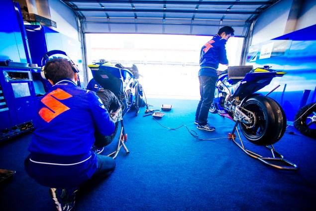 Kevin-Schwantz-Randy-de-Puniet-Suzuki-XRH-1-MotoGP-COTA-test-01