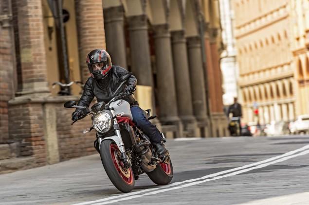 2015-Ducati-Monster-821-89