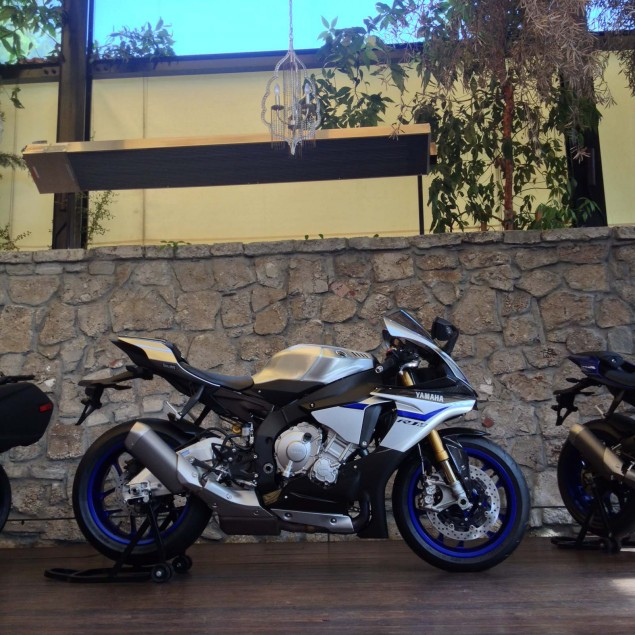 2015-Yamaha-YZF-R1-03