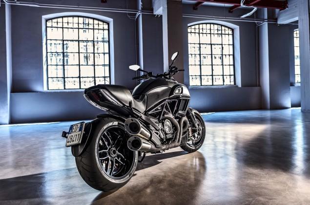2016-Ducati-Diavel-Carbon-23