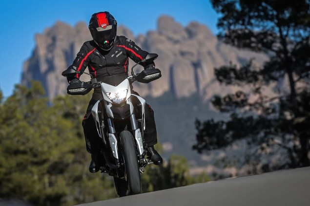 2016-Ducati-Hypermotard-939-32