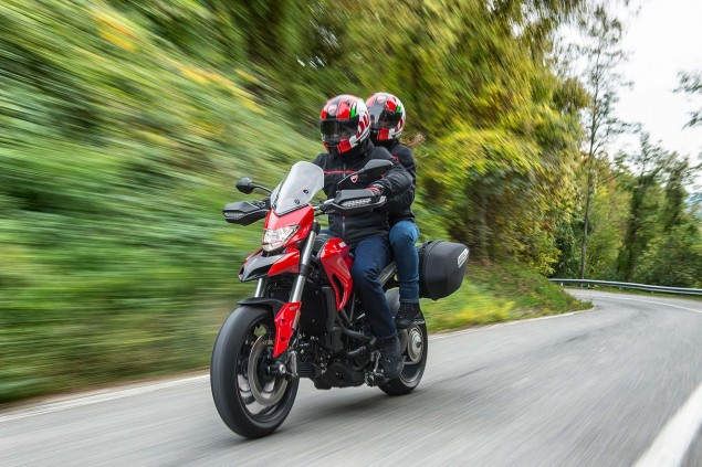 2016-Ducati-Hyperstrada-939-02