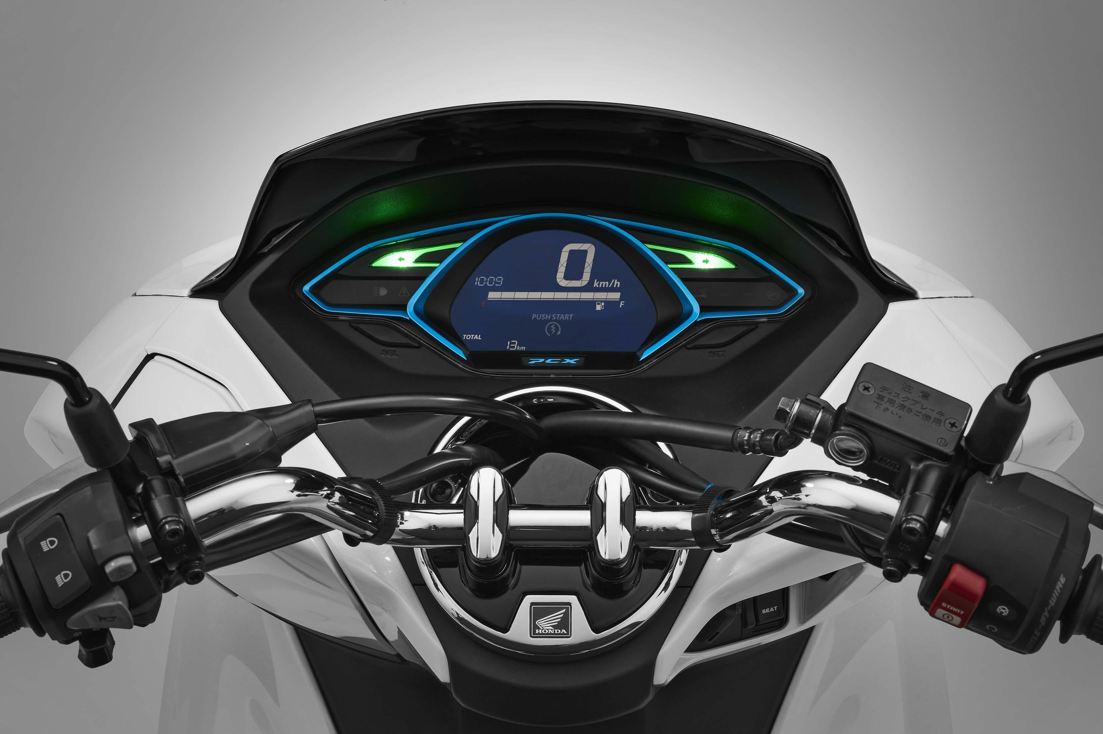 honda debuts hybrid and electric scooters for 2018 asphalt rubber. Black Bedroom Furniture Sets. Home Design Ideas