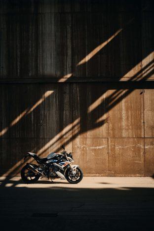 2021-BMW-S1000R-01