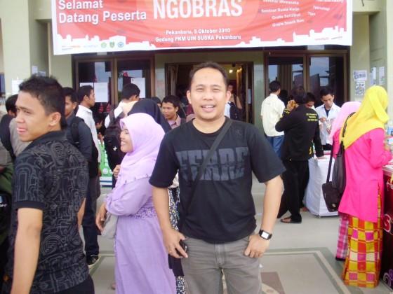 Di Depan PKM UIN SUSKA Pekanbaru - Ngobras Telkomsel