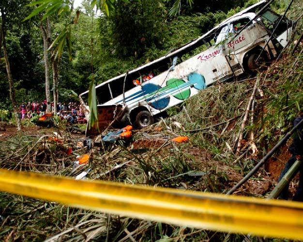 Bus DPR Masuk Jurang