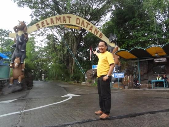 Mejeng di depan gapura Taman Safari Indonesia II - Pasuruan