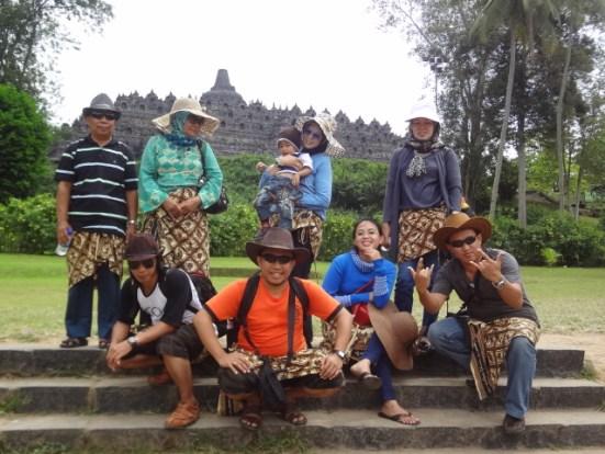 Foto Bersama di Depan Candi Borobudur