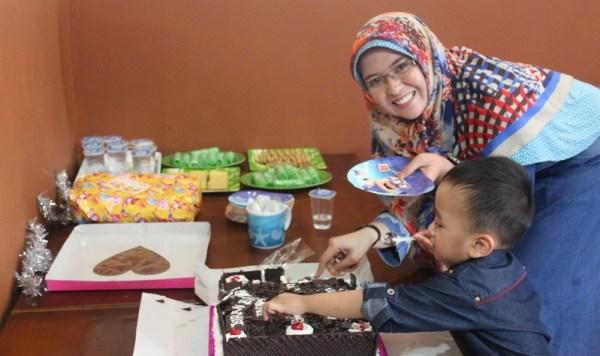 Kiran Bitara dan Opu Mama Memotong Kue Tar Ultah