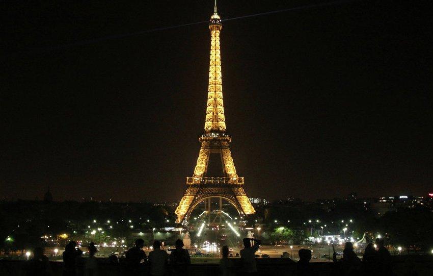 برج إيفل يتضامن مع ضحايا الإرهاب في مصر