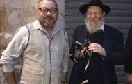 """يهودي يلتقي بالملك محمد السادس بباريس ويهديه """"شرائع نوح السبع"""""""