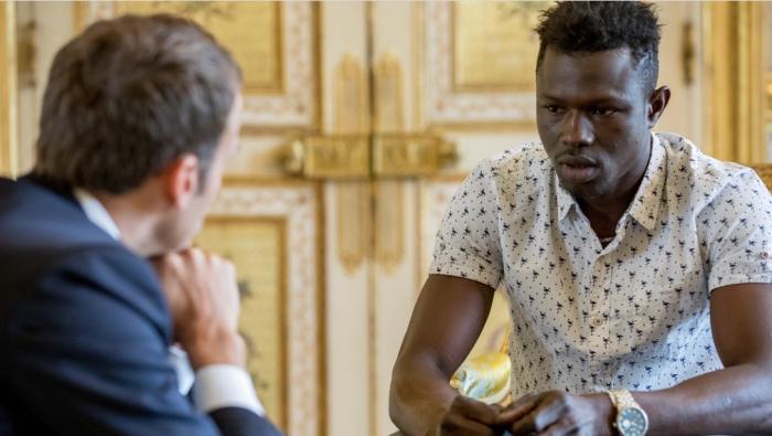 ماكرون يقلد المهاجر الإفريقي منقذ الطفل بوسام الشجاعة ويمنحه الجنسية