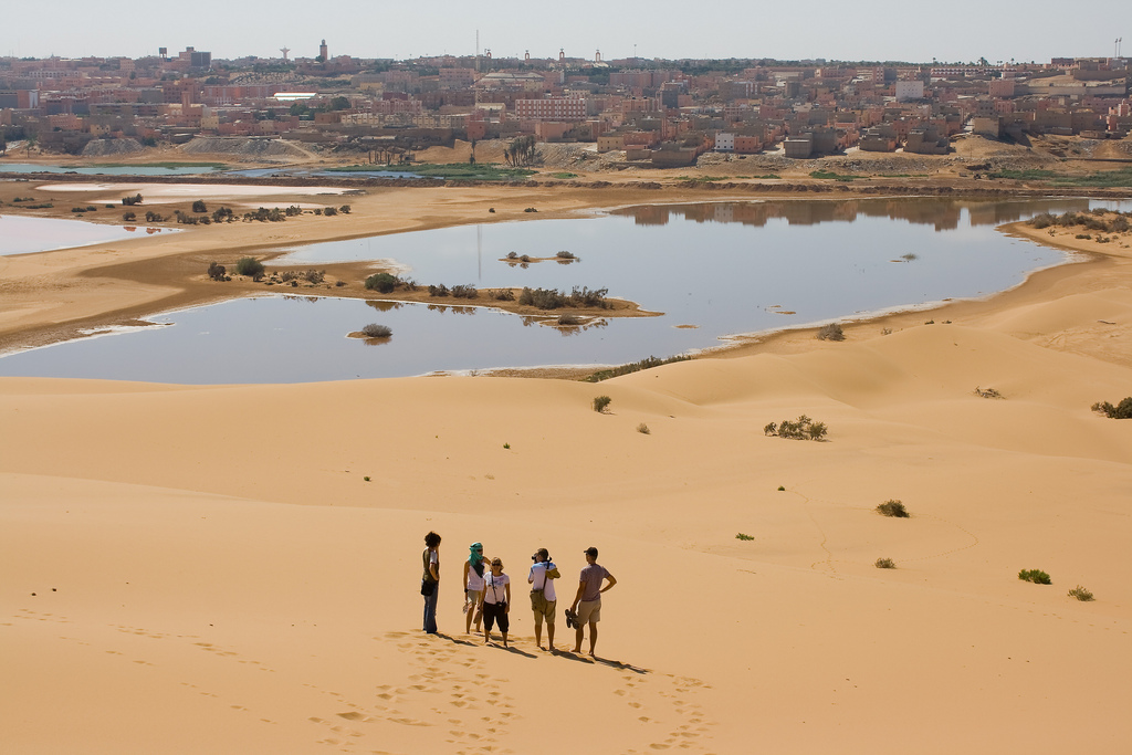 العثور على مرافقين لأمير سعودي تاها في صحراء مدينة العيون