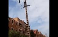 بالفيديو..شخصٌ يحاول الانتحار بتسلق عمود كهربائي بخنيفرة
